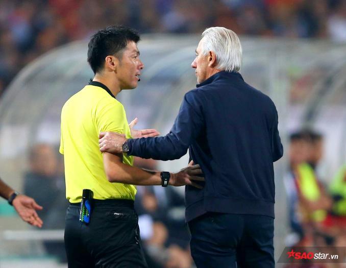 HLV của UAE – ôngBert van Marwijk bất lực phân trần với trọng tài.