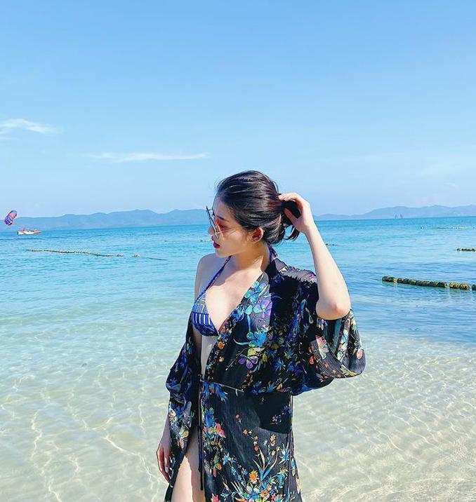 Nếu muốn che chắn kĩ hơn, các nàng có thể tìm đến kiểu áo khoác dáng kimono, chz61t liệu vải lụa như của Á hậu Huyền My…