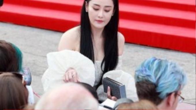 Vẻ đẹp không tì vết của Trương Hinh Dư thu hút mọi ánh nhìn.