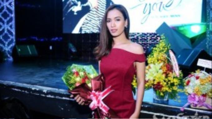 Vốn là bạn bè thân thiết nên ca sĩ - siêu mẫu Ái Phương tranh thủ đến chúc mừng Sơn Ngọc Minh. Cô khoe khéo bờ vai gợi cảm khi chọn bộ cánh màu đỏ lấp lánh.