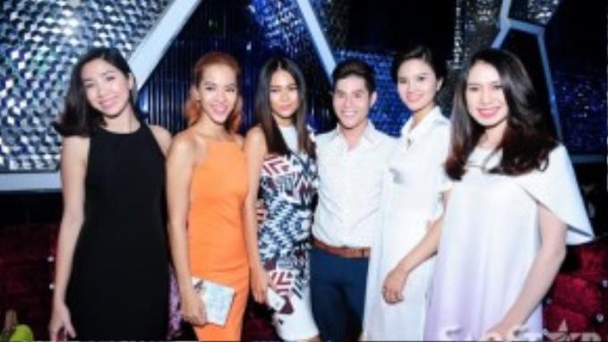 Mâu Thanh Thủy (đầm caro) cùng dàn người mẫu từng cộng tác với Sơn Ngọc Minh.