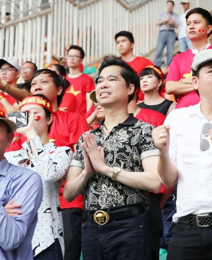 """Danh ca Ngọc Sơn, """"tấm thân nhỏ bé"""" gây xúc động với hình ảnh cầu nguyện cho bóng đá Việt Nam trên khán đài."""