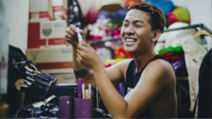 Bạn Nguyễn Hoàng Sơn Lâm, sinh năm 1992, ở Vũng tàu, hiện sinh sống và làm việc tại TP HCM. Công việc chính của anh là chuyên viên trang điểm. Tuy nhiên đam mê lớn nhất của Lâm là được đứng trên sân khấu, thế nên khi có show biểu diễn anh lại hóa thân thành drag queen để thỏa mãn đam mê nghệ thuật.