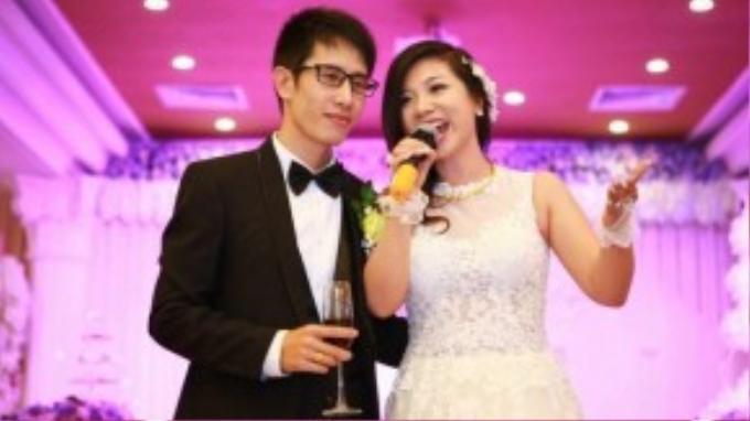 Phượng Vũ làm cô dâu đơn giả nhưng vẫn rạng rỡ với nụ cười viên mãn, hạnh phúc. Chú rể rất điển trai và khá hiền lành.