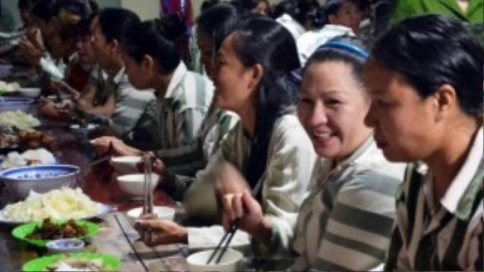 Bữa cơm của những nữ phạm nhân tối 30/8 không chỉ có tiếng cười. Xen lẫn đó là những tiếng sụt sùi với đôi mắt đỏ hoe.