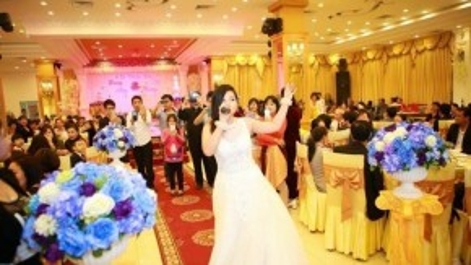 Đó chưa phải là phong cách của Phượng Vũ, cô dâu còn xuống tận từng bàn để hát hò và khuấy động không khí.