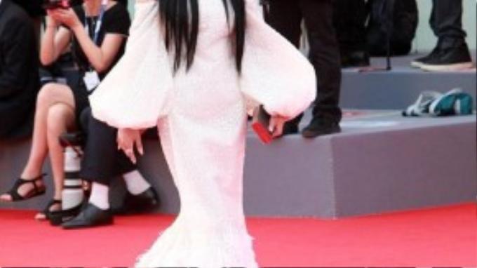 Chiều 2/9 (theo giờ địa phương), Trương Hinh Dư có mặt trên thảm đỏ LHP Quốc tế Venice lần thứ 72. Cô mặc bộ váy trắng thướt tha nổi bật.