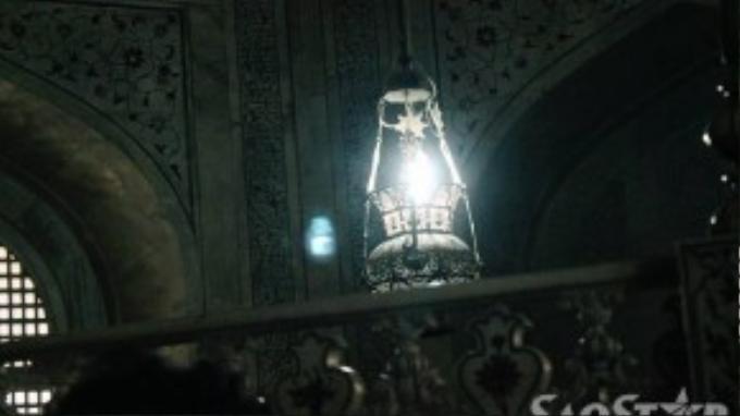 Cảm giác rùng mìnhkhi bước chân vào bên trong lăng. Những luồng sáng tối được thiết kế độc đáo tạo ra một không gian mờ ảo. Chính giữa là một chiếc đèn dầu được thắp sáng liên tục như tình yêu bất diệt của hoàng đế Shah Jahan và hoàng hậu Mumtaz Mahal.