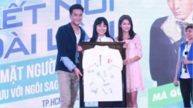 Hai ngôi sao trao tặng chiếc áo kỷ niệm có chữ ký của các sao TVB.