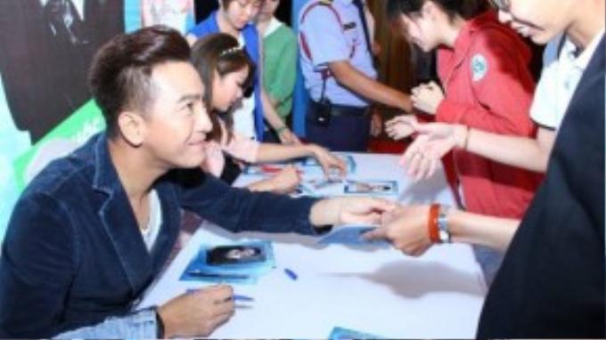 Trước khi chào tạm biệt, hai ngôi sao đã kịp ghi lại hình ảnh selfie và kí tặng cho các fan Việt có mặt tại buổi giao lưu.
