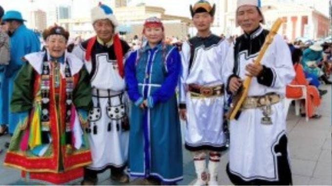 Phong cách khác nhau của deel phản ánh độ tuổi người mặc. Những người già thường mặc trang phục giản dị và đơn sơ, trong khi phụ nữ đã lập gia đình thường mặc trang phục phức tạp hơn.