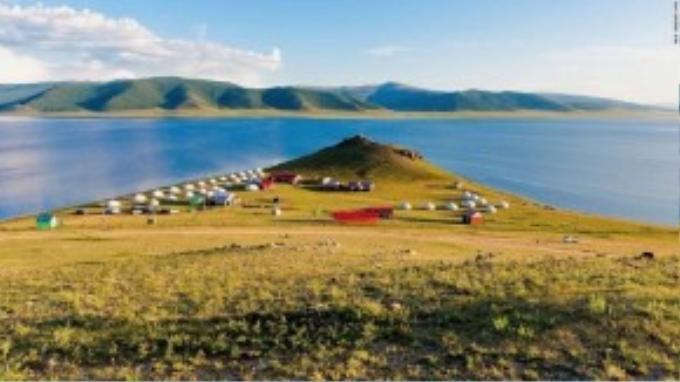 Hồ đặc biệt trở nên long lanh khi bình minh và hoàng hôn. Bạn có thể khám phá những đồng cỏ và cánh rừng quanh hồ cũng như cưỡi ngựa, câu cá hoặc chinh phục ngón núi lửa Khorgo cao 2.965 m.