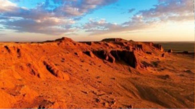 Nhìn thấy hóa thạch khủng long trong tự nhiên là một điều ly kì, nhưng khiến cho du khách có những trải nghiệm không-thể-quên phải kể đến màu sắc ngoạn mục khi mặt trời mọc và mặt trời lặn qua các vách đá.