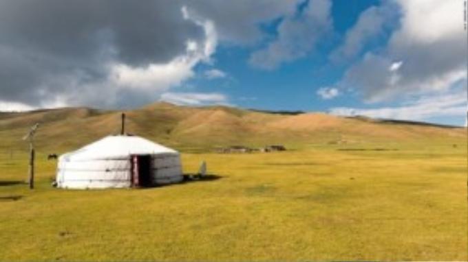 Hều hết các lều truyền thống đã được tích hợp thành trạm kiểm soát và có tấm pin năng lượng mặt trời và truyền hình vệ tinh.