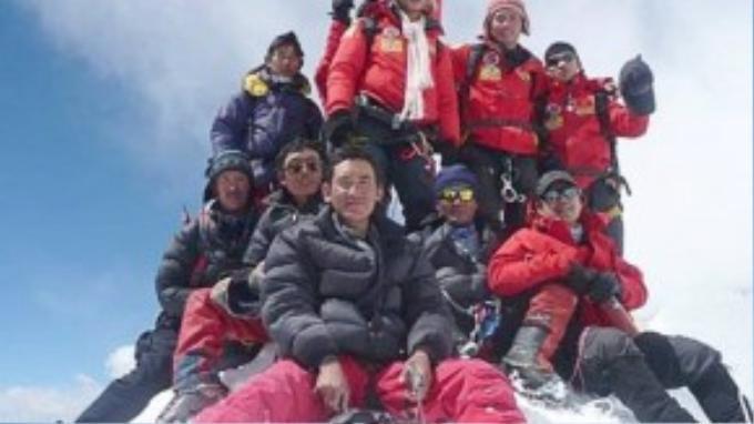"""Ngày 22/5/2008, ba nhà leo núi Bùi Văn Ngợi (25 tuổi), Phan Thanh Nhiên (23 tuổi) và Nguyễn Mậu Linh (31 tuổi) đã ghi tên mình vào lịch sử khi trở thành những người Việt Nam đầu tiên chinh phục được """"nóc nhà thế giới"""" – đỉnh Everest (Nepal) với độ cao 8.850 m."""