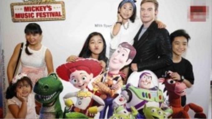 Kyo York tạo dáng với các bé tại những mô hình hoạt hình được đặt khắp nơi tại nhà hát.