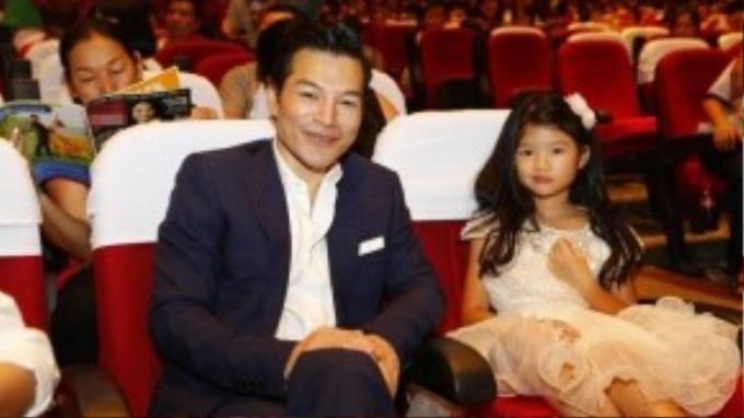 Trần Bảo Sơn dành thời gian cùng công chúa nhỏ đi xem show. Bé Bảo Tiên khá háo hức nên nam diễn viên đưa con đến từ khá sớm.