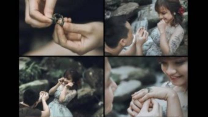 Chiếc nhẫn cỏ đơn sơ đã thay chàng trai gởi lời cầu hôn đến cô gái.