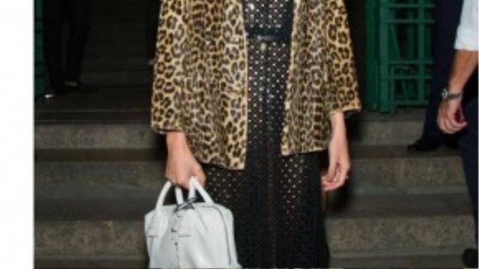 Blogger Alexa Chung duyên dáng trong chiếc áo khoác in da báo năm 2012.
