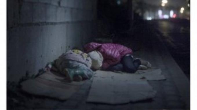 Ralia, 7 tuổi và Rahaf, 13 tuổi, sống trên một con phố ở Beirut. Mẹ và anh trai của các em đã bị giết ở Damascus. Cả năm nay các em phải ngủ ngoài đường cùng cha. Giường của em là những tấm bìa carton. Em khóc nức nở khi nhắc đến những tên con trai xấu xa rình mò ban đêm khi hai chị em ôm nhau ngủ.