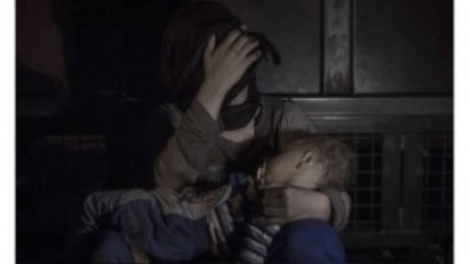Sham, 1 tuổi, ngủ trong vòng tay mẹ. Hai mẹ con đã đến chậm khi cánh cửa biên giới Serbia-Hungary mở ra cho những người cuối cùng được phép lên tàu đến Áo.