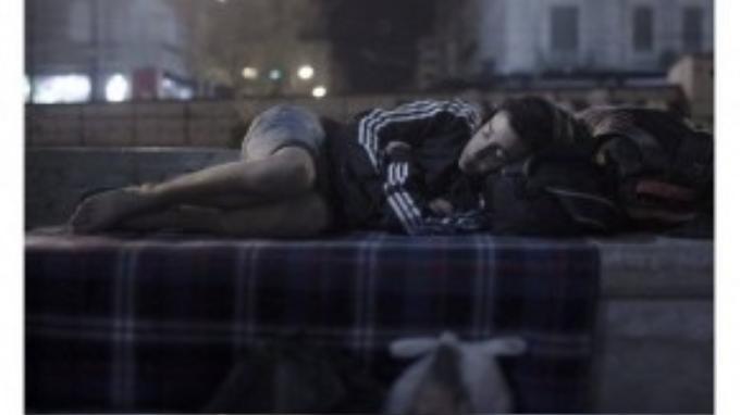 Abdul Karim, 17 tuổi, nằm ngủ ngay ở 1 quảng trường tại Athens, không 1 xu dính túi. Karim chỉ mong ước được ôm em gái ngủ trên chiếc giường nhỏ ở nhà.