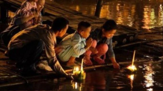 Những ngọn nến lung linh trên sông sẽ khiến bạn phải trầm trồ chiêm ngưỡng.