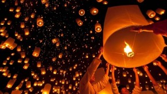Khoảng khắc cầu nguyện trước khi thả đèn của du khách.