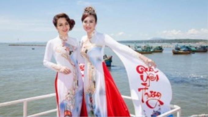 Tân Hoa khôi Doanh nhân chụp ảnh lưu niệm cùng giám khảo Mai Thu Huyền.