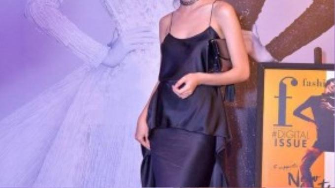 Helly Tống sành điệu với đầm hai dây nữ tính, quyến rũ tại show diễn Ange Ou Demon của nhà thiết kế Chung Thanh Phong.