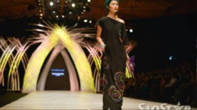 Sàn catwalk được xem như một cuộc dạo chơi của nữ fashionistatrẻ tuổi thành đạt.
