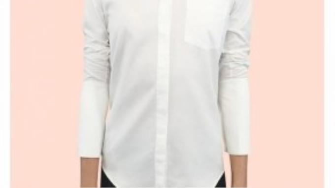 Một chiếc áo sơ mi màu trắng được mặc chỉnh chu như công dụng đã được mặc định cho chúng.