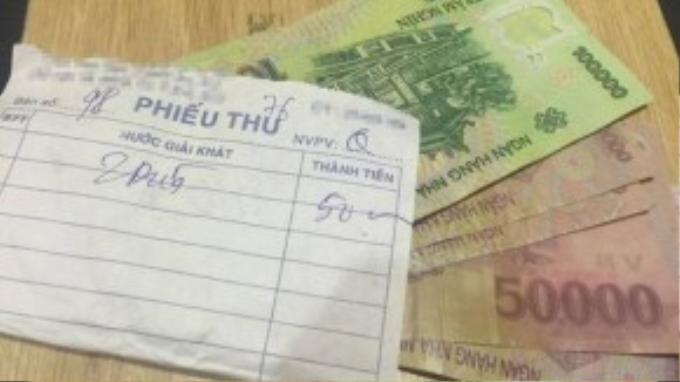 450.000 tiền thối kẹp vào tờ hóa đơn được cậu nhân viên phục vụ dăn dò chủ quán giữ cẩn thận. (Ảnh: FBNV)