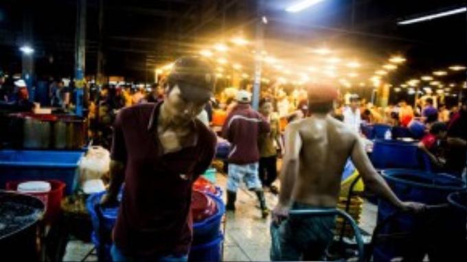 Những người bốc vác ở khu chợ thường được các chủ vựa trả công 10 nghìn/50 ký hàng vận chuyển.