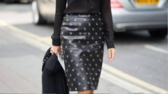 """Tổng biên tập tạp chí Vogue Paris Carine Roitfeld chia sẻ: """"Phong cách thời trang Pháp không chỉ dừng lại ở việc bạn phối đồ ra sao, dáng đi như thế nào… nónằm ở tất cả những điều nhỏ nhặt nhất. Với phụ nữ Pháp, điều bạn thấy trước hết là nụ cười, là sự thân thiện, thanh lịch từ sâu bên sau đó mới là bộ trang phục cô ta đang mặc. Một điều nữa là bạn sẽ không bao giờ thấy tên nhãn hiệu thời trang được để lộ ra khi tới Pháp""""."""