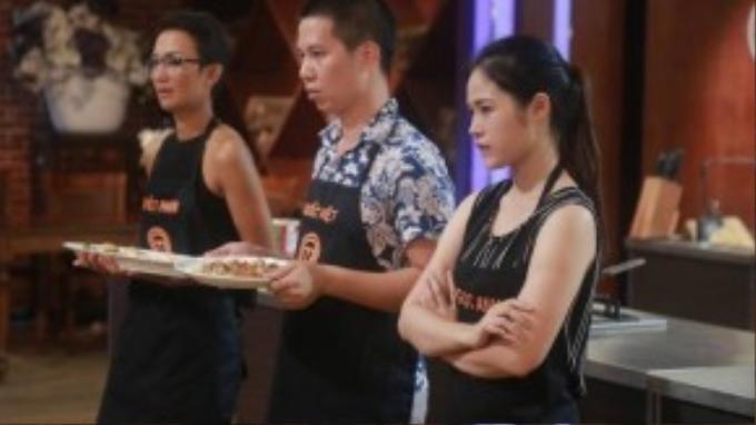 Quốc Việt, Phạm Tuyết và Ngọc Anh hồi hợp chờ đợi kết quả từ ban giám khảo trong vòng thì loại trừ.