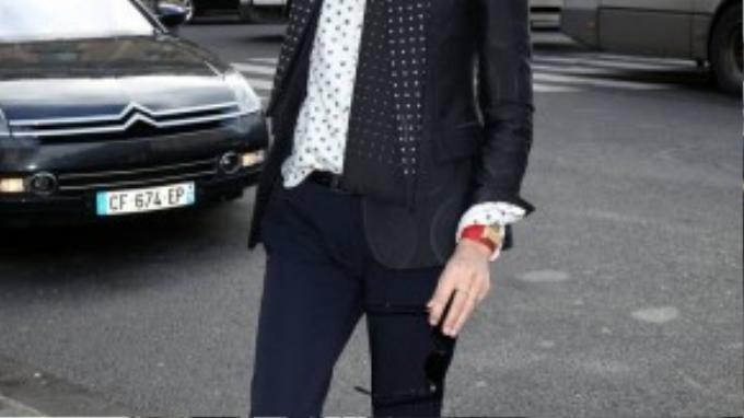 """Bí quyết """"mix and match"""" được nhiều phụ nữ Paris ưa chuộng mà NTK Inès De La Fressange gồm có: quần jeans cùng sandals đính cườm, váy bút chì với giày ballets, váy chiffon in họa tiết với giày bikers, áo len sequined cùng quần âu, áo khóa tuxedo với sneakers. Bên cạnh đó, phụ nữ Pháp gần như không bao giờ rửa mặt với xà phòng hay dùng son môi màu hồng."""