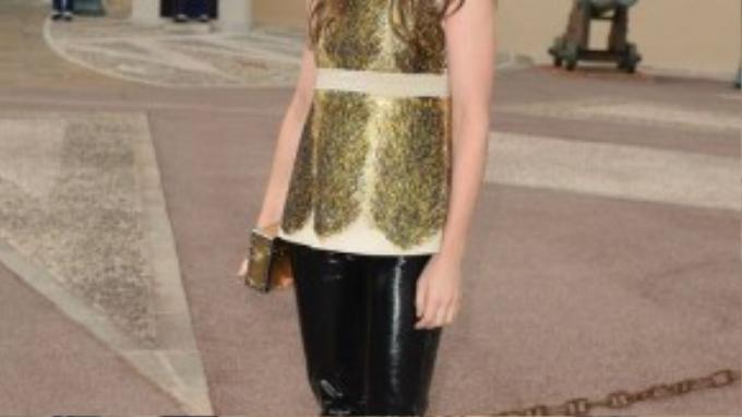 Phong cách thời trang của ca sĩ Charlotte Gainsbourg cũng tương tự khi cô yêu thích sự thoải mái và những chiếc áo len mỏng.