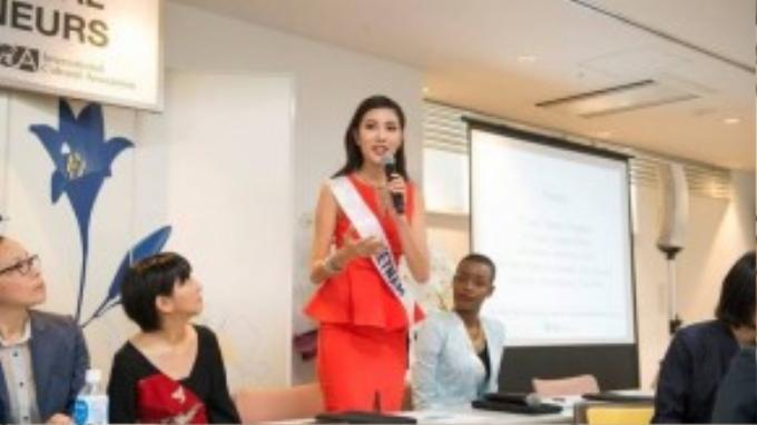 Người đẹp tự tin thể hiện phần thuyết trình của mình trước ban giám khảo.