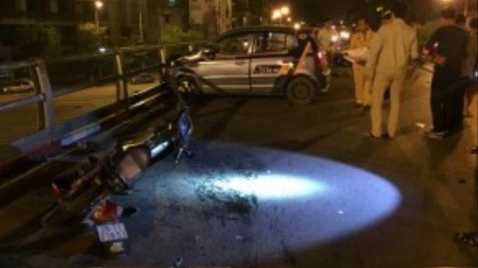 Hiện trường vụ tại nạn. Xe bị đụng ngổn ngang cả bên trái xe taxi gây tai nạn…