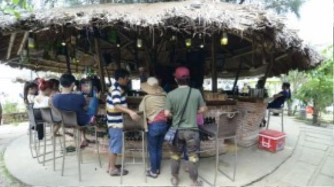 Quầy bar, nơi duy nhất phục vụ ăn uống trong khu dã ngoại này. Ảnh: FB Vương Đoàn