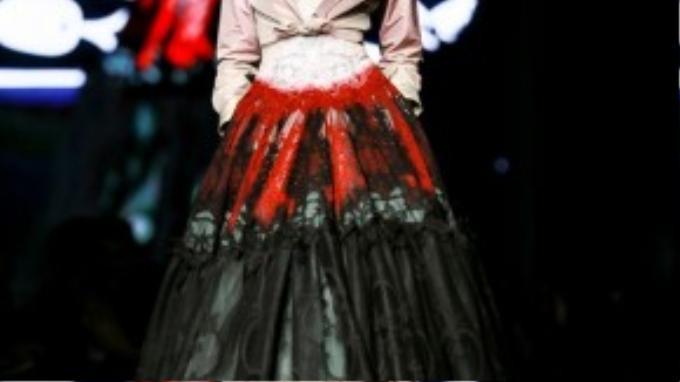 Hồng Xuân diện bộ đồ đậm chất cổ điển, làm vedette cho show diễn của Alexis Mabille.