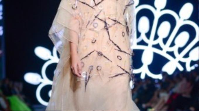"""NTK Thủy Nguyễn nhận định trên một phương diện khác, cô cho rằng: """"Show diễn đêm nay là dịp hiếm hoi để tiếp cận, học hỏi, để nhìn lại thực tế các show diễn và các sản phẩm thời trang của Việt Nam mình, sẽ nhìn thấy chất lượng vải, đường kim, mũi chỉ… Hãy đặt mình vào vị trí của khán giả để thấu hiểu họ muốn điều gì trong mỗi thiết kế của mình""""."""