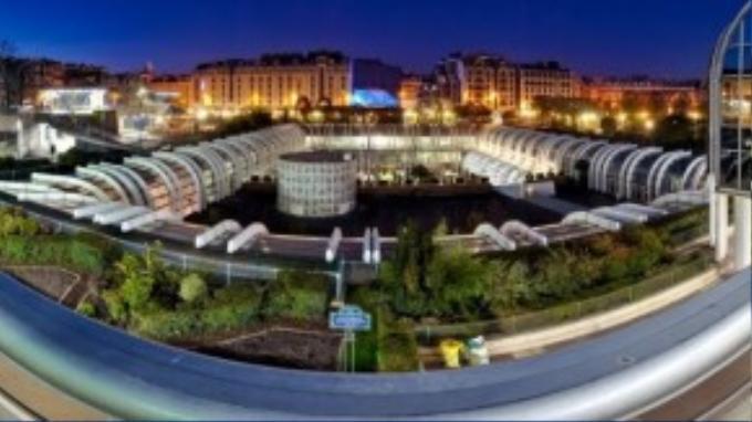 Les Halles là một khu phố thuộc quận 1, nằm ngay tại trung tâm thủ đô Paris. Nơi đây bao gồm một công viên lớn cùng trung tâm thương mại Forum des Halles xây ngầm dưới lòng đất với tổng diện tích 60.000 m² cùng 180 cửa hàng, bể bơi và rạp chiếu phim.