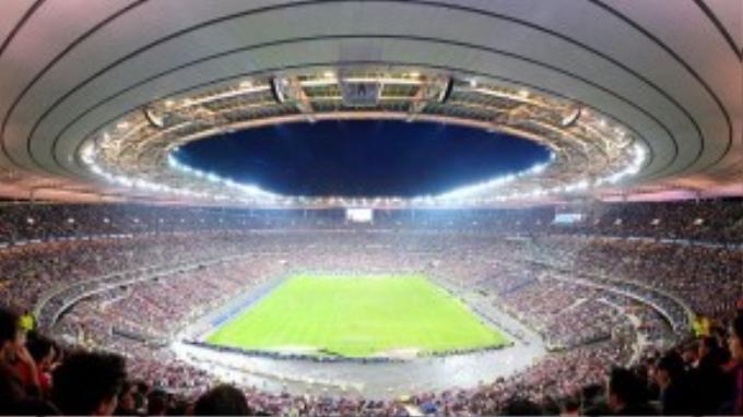 Là sân vận động hiện đại bậc nhất nước Pháp, mọi người không chỉ đến để tham gia các hoạt động bên trong mà kiến trúc cũng là điều đáng ngưỡng mộ. Thời điểm xảy ra vụ nổ, sân vận động đang diễn ra cuộc giao hữu giữa hai đội bóng Đức và Pháp.