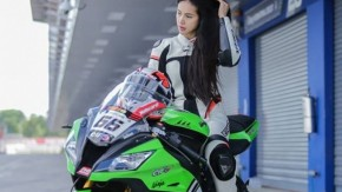 Không chỉ cầm lái môtô giỏi, nữ biker này còn có một vẻ đẹp hút hồn – mang đậm nét Á Đông.