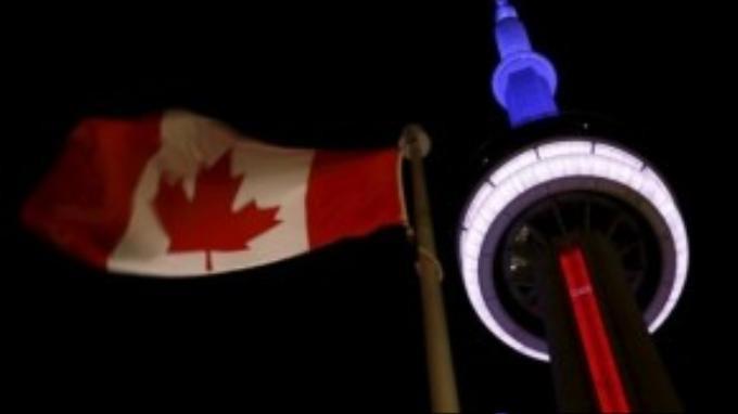 CN Tower, tòa tháp cao nhất Canada trong 3 màu xanh, đỏ, trắng.