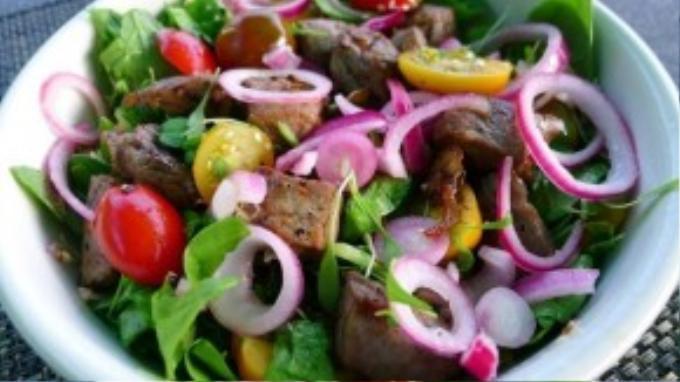 Salad bò lúc lắc, salad cá ngừ là những món ăn ít dầu mỡ và tốt cho sức khoẻ.