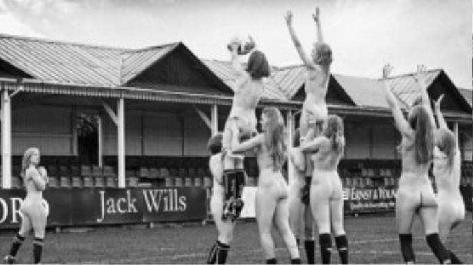 Các nữ cầu thủ đã thực hiện những động tác chơi bóng khó và kỹ thuật trong khi khỏa thân. Bộ ảnh sẽ được bán trong trường Oxford và online để gây quỹ từ thiện cho người béo phì.