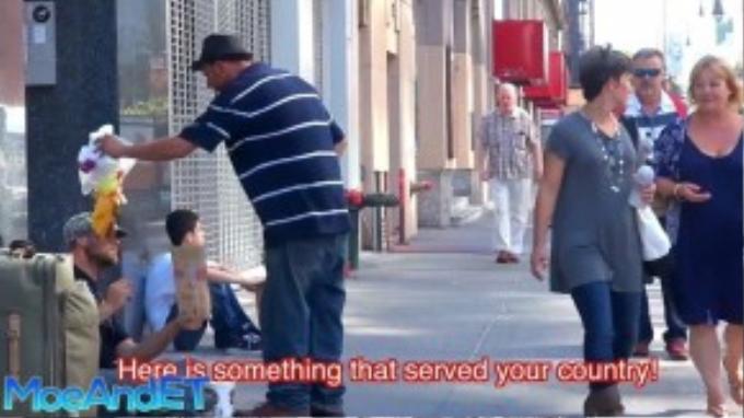 Người đàn ông nổi nóng và đổ hộp thức ăn lên đầu anh trước khi tức tối bỏ đi trước sự thờ ơ của người qua đường. Dù trước đó anh chàng vô gia cư đã giải thích rằng mình khó khăn thực sự và là cựu quân nhân.